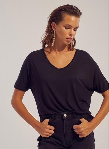 Monamoda V Yaka Yırtmaçlı Likralı T-Shirt Siyah